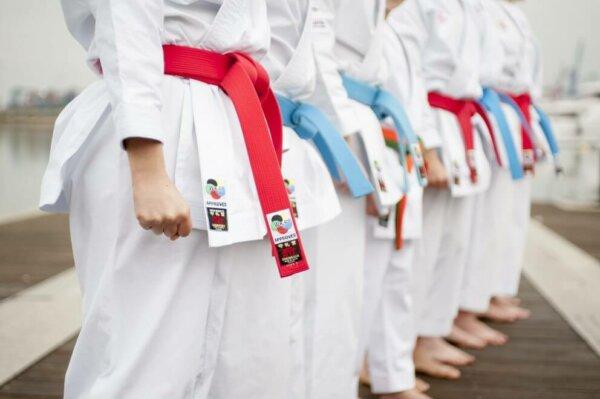 cinturones kata rojo y azul