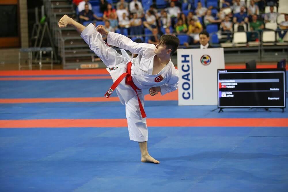 patada de karate en competición mundial
